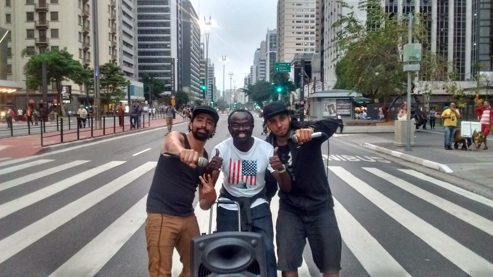 Beatbox-Niyi Fote & 2 Mics Singing at Av Paulista-Sao Paulo