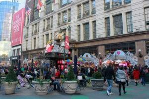 EUA-New York- em frente da Macy`s na sixth Avenue-Movimentacao das pessoas no Natal neste domingo 25-12-2016 .Fotos niyi fote-futurapress