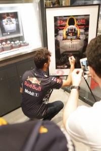 Daniel Ricciardo autographs a Picture